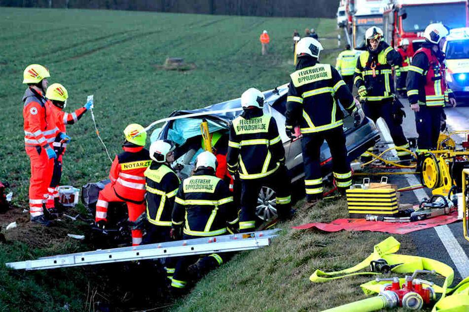 Rettungskräfte mussten die Frau aus ihrem Auto befreien.