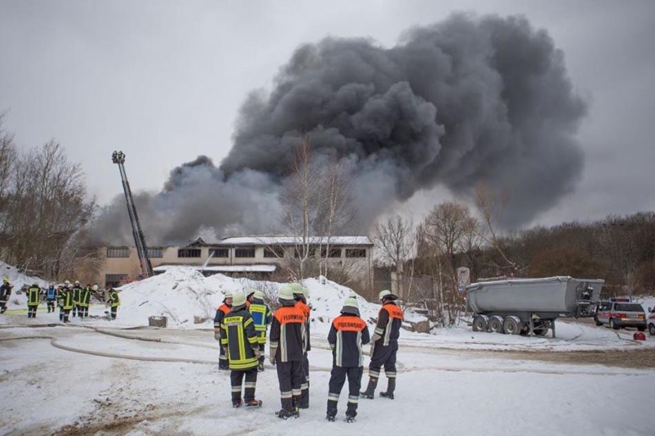 Wieder waren die Freiwilligen Feuerwehren der umliegenden Gemeinden gefordert, um den Brand zu löschen.