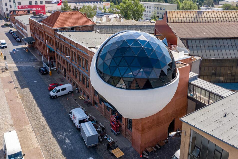 """Die neue """"Niemeyer Sphere"""" ist an das Dampfkesselhaus auf dem Geländes des traditionsreichen Kranbauers Kirow gebaut. Die 12 Meter große Betonkugel ist nach Angaben des Unternehmens einer der letzten Entwürfe des brasilianischen Star-Architekten Niemeyer."""