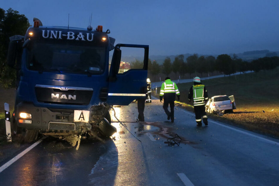Auf regennasser Fahrbahn krachte der Opel frontal in den LKW.