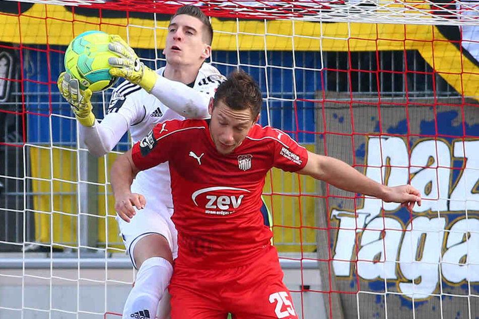 Torhüter Kevin Kunz, der den Ball vor Robert Koch (Zwickau) wegfängt, hält  dem CFC die Treue. Der Vertrag mit dem 25-Jährigen wurde per Option bis 2018  verlängert.