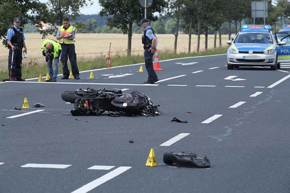 Die Polizei nimmt vor Ort den Unfall auf. Das Motorrad ist stark beschädigt.