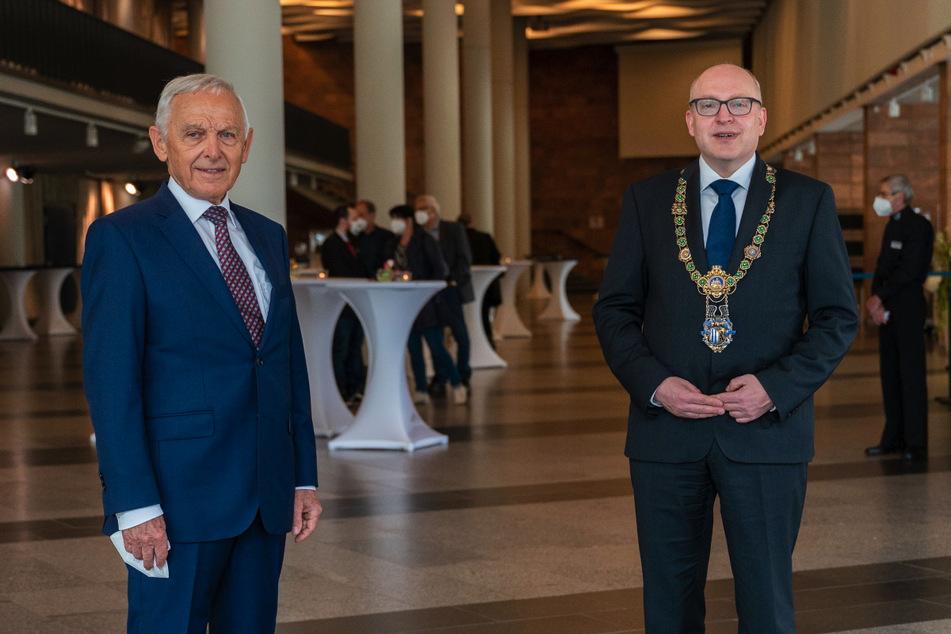 Dr. Peter Seifert (80, links) feiert am heutigen Dienstag seinen 80. Geburtstag. Parteifreund Sven Schulze (49, SPD) gratulierte ihm (Archivbild).
