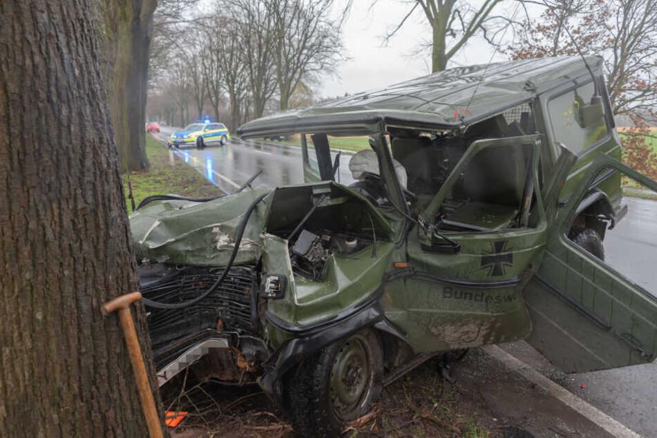Das Fahrzeug krachte gegen einen Baum am Straßenrand.