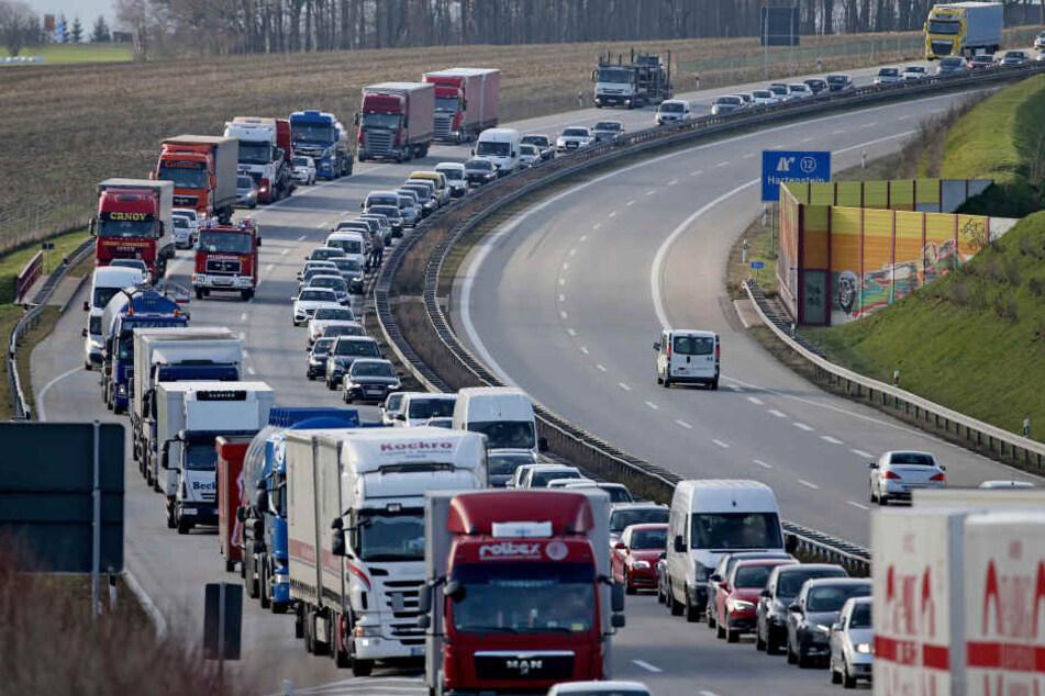 Frau verwechselt Autobahn mit Fußweg