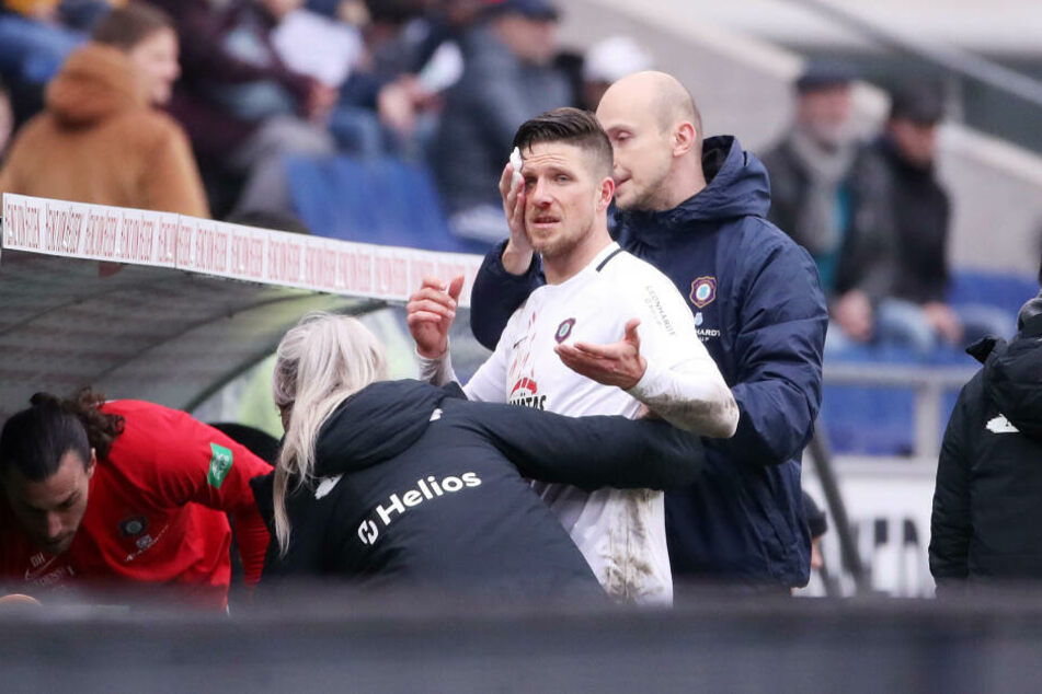 Aue-Kicker Dennis Kempe muss verletzt vom Platz.