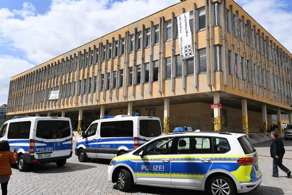 Polizeiautos stehen am Donnerstag vor der besetzten Fachhochschule.