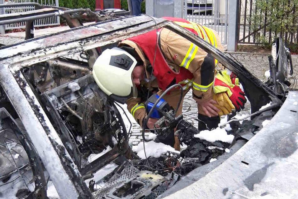 Ein Feuerwehrmann kontrolliert die Temperatur des Brandfahrzeugs.
