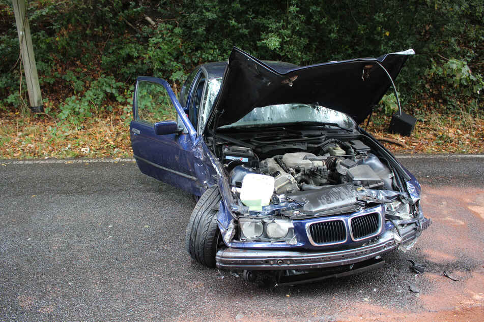 Schwerer Crash: 20-jähriger Raser verliert die Kontrolle über seinen BMW
