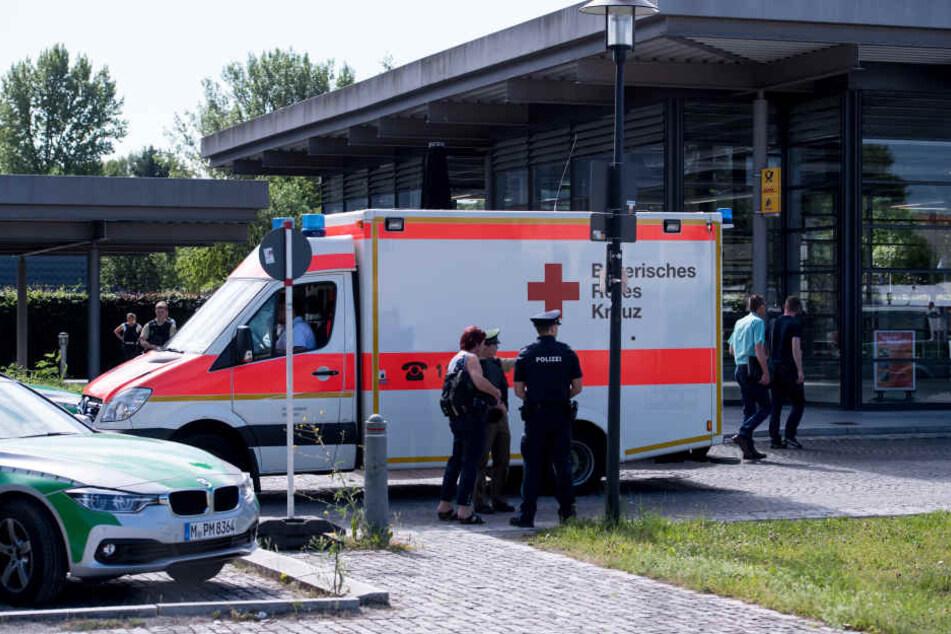 Polizei und Rettungskräfte sicherten nach der Tat den Bahnhof in Unterföhring ab. (Archivbild)