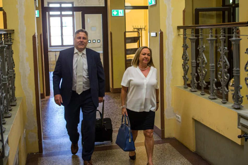 Elke Müssig mit ihrem Verteidiger, Rechtsanwalt Curt-Matthias Engel, auf dem Weg in den Gerichtssaal.