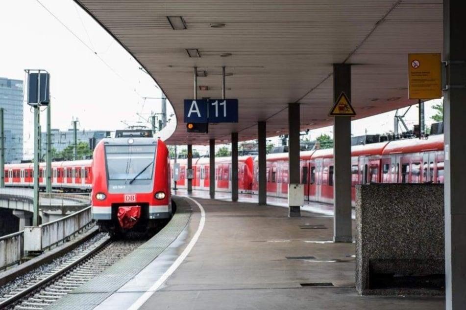 Die Bahn in Bonn erfasste Mann am Bein. (Symbolbild)