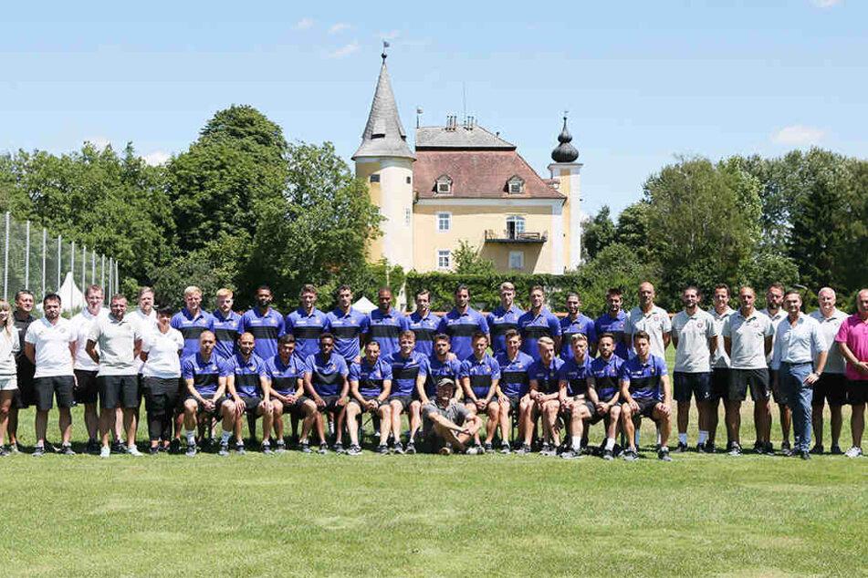 Das schon traditionelle Teamfoto der Auer zum Abschluss des Trainingslagers - diesmal vor dem Schloss Mühldorf.