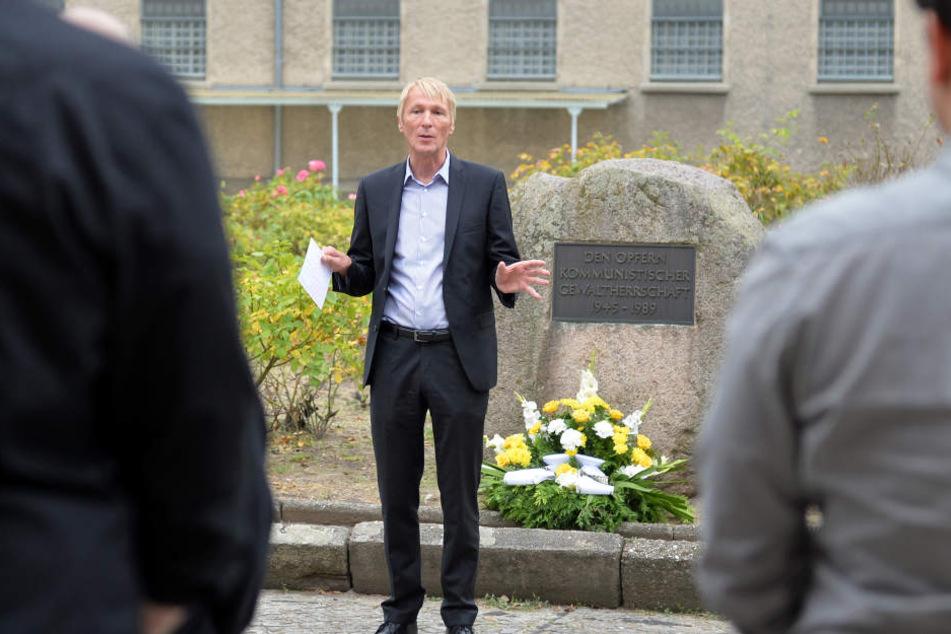 Der Direktor der Stasiopfer-Gedenkstätte Berlin-Hohenschönhausen, Hubertus Knabe, verliert seinen Posten.