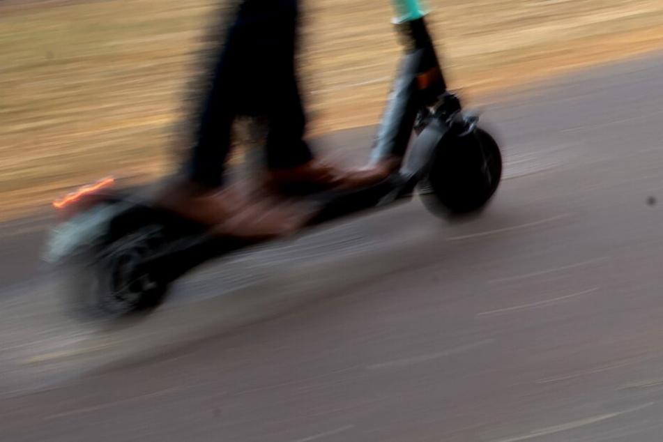 Der 23-Jährige fuhr mit einem Leih-E-Scooter auf dem Standstreifen der Autobahn (Symbolbild).