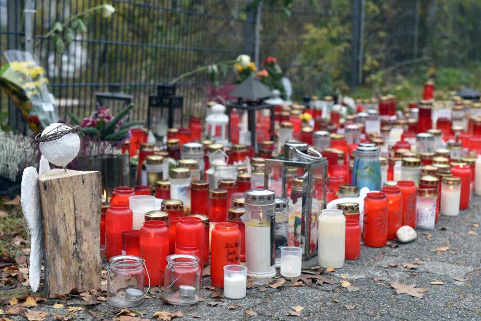 Kerzen und Engelfiguren stehen am Schulzentrum unweit des Tatorts in Wenden (Archivbild).