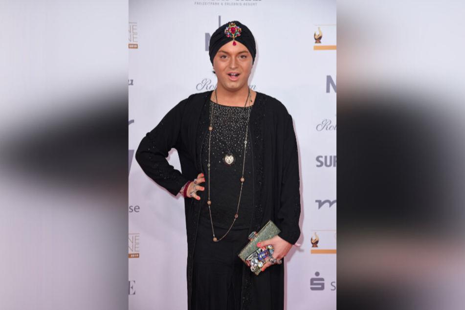 """Designer, Entertainer und jetzt auch Sänger: Julian F.M. Stöckel (32) hat sich für die Neuauflage von """"Wodka für die Königin"""" Schauspiellegende Herbert Köfer (98) ins Video geholt."""