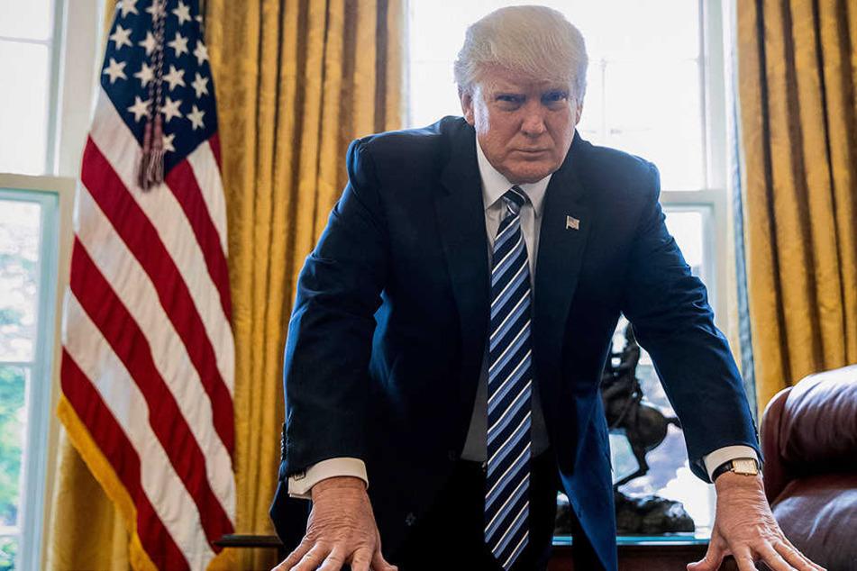 US-Präsident Donald Trump (71) posiert in seinem Büro.