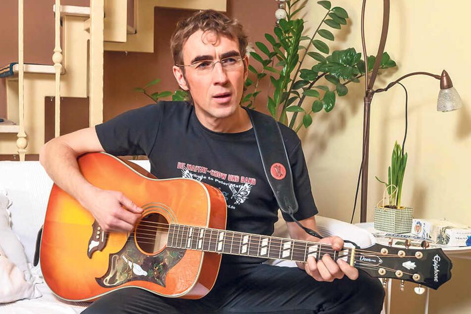 In zivil: Steven Gärtner (44) zu Hause. Auch hier ist seine Gitarre immer zur  Hand.