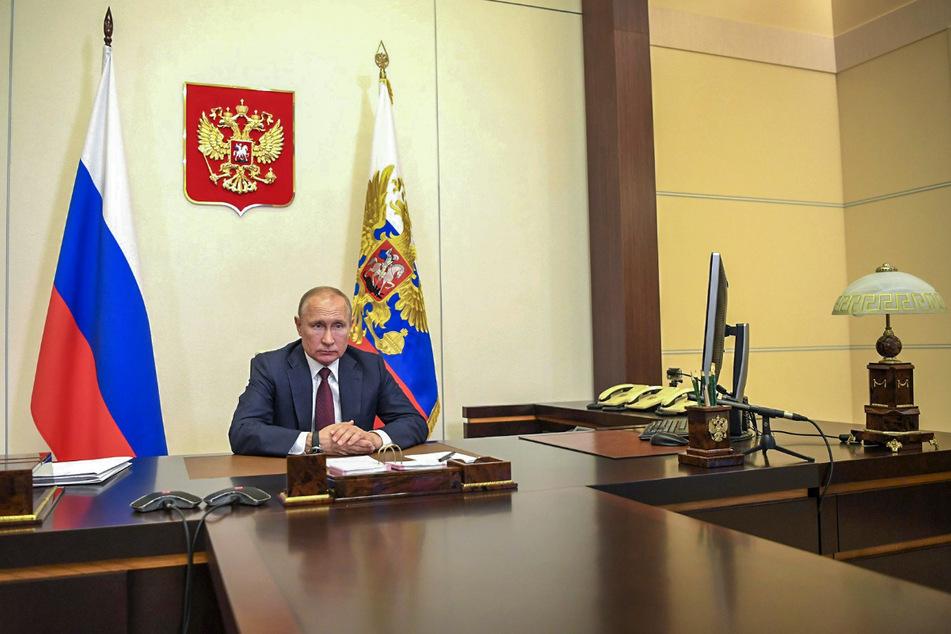 Wladimir Putin, Präsident von Russland, nimmt an einer Videokonferenz mit Verteidigungsminister Schoigu teil. Ungeachtet hoher Corona-Infektionszahlen hat Putin für den 24. Juni die große Militärparade zum 75. Jahrestag des Sieges der Sowjetunion über Hitler angeordnet.
