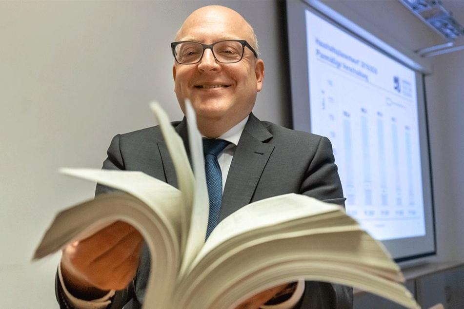 1345 Seiten dick und 1,8 Milliarden Euro schwer: Kämmerer Sven Schulze (45, SPD) präsentiert den Stadträten Donnerstag den Doppelhaushalt 2019/2020.