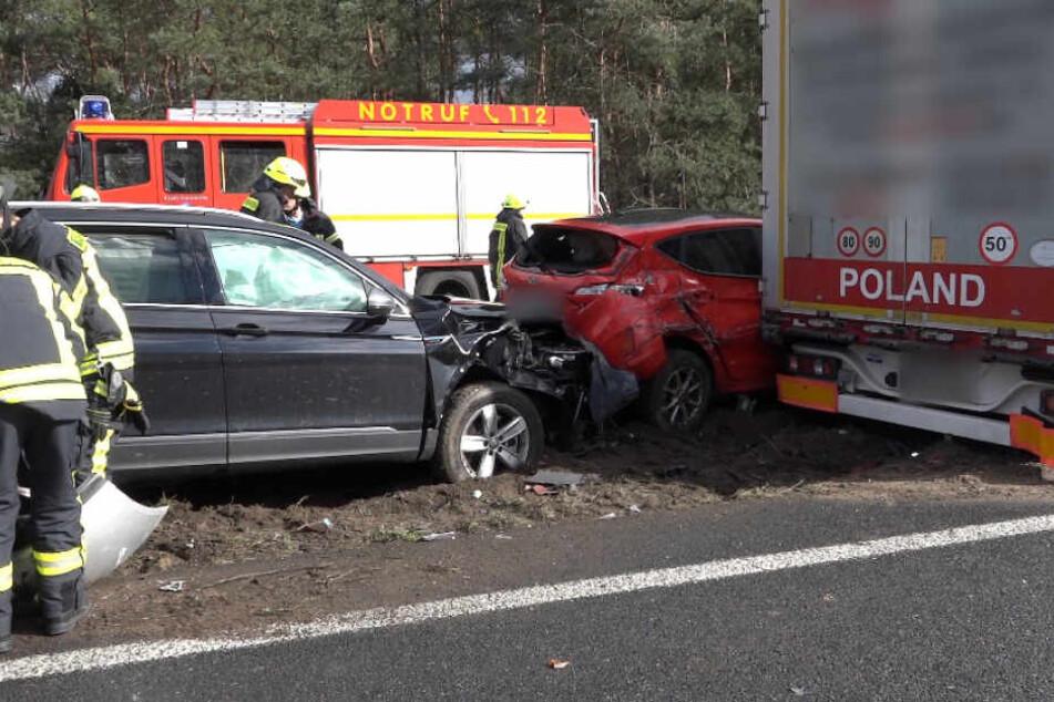 Zwei Fahrzeuginsassen wurden schwer verletzt.