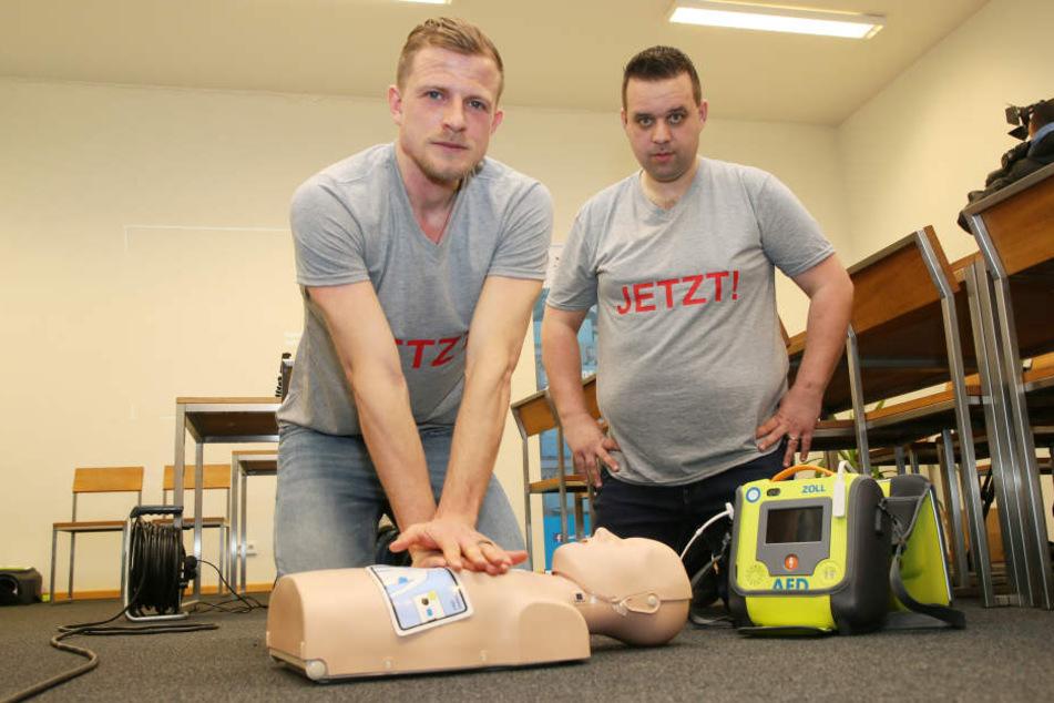 Nicky Adler (l.) will zusammen mit seinem Kumpel Andreas Schmitz (r.) Sportvereine unterstützen, wenn es bei einem möglichen Herzstillstand um Sekunden geht.