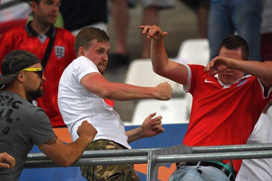 Russische und englische Hooligans prügeln sich während des Euro-2016-Spiels Russland gegen England in Marseille.