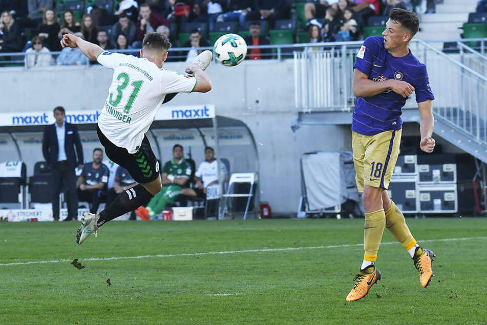 15. Oktober 2017: Mit diesem akrobatischen Schuss erzielt Daniel Steininger (l.) drei Minuten vorm Ende der regulären Spielzeit das 2:1 für Fürth, Aues Nicolai Rapp kann den Ball nicht aufhalten.