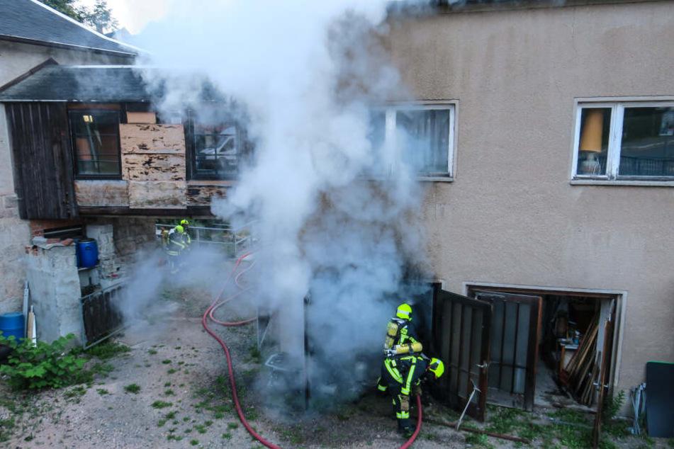 Dicke Rauchwolken ziehen aus der Garage. Hier war Trödel in Brand geraten.