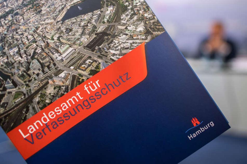 """Eine Mappe mit der Aufschrift """"Landesamt für Verfassungsschutz"""" der Stadt Hamburg."""