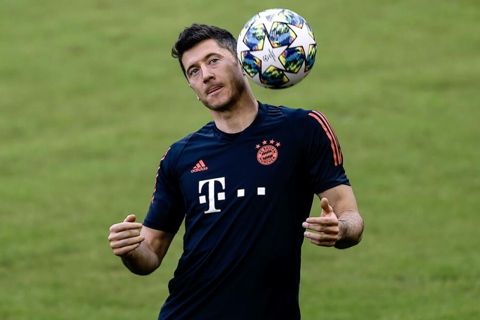 Robert Lewandowski köpft den Ball im Mannschaftstraining vor dem Champions-League-Spiel.