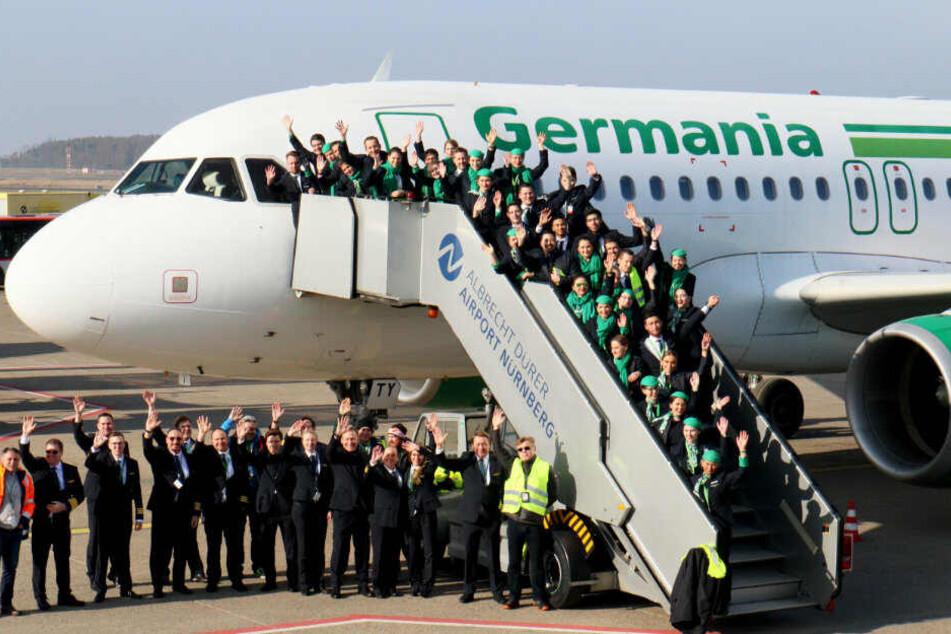 Mitarbeiter versammeln sich für ein Abschiedsfoto der insolventen Fluggesellschaft.