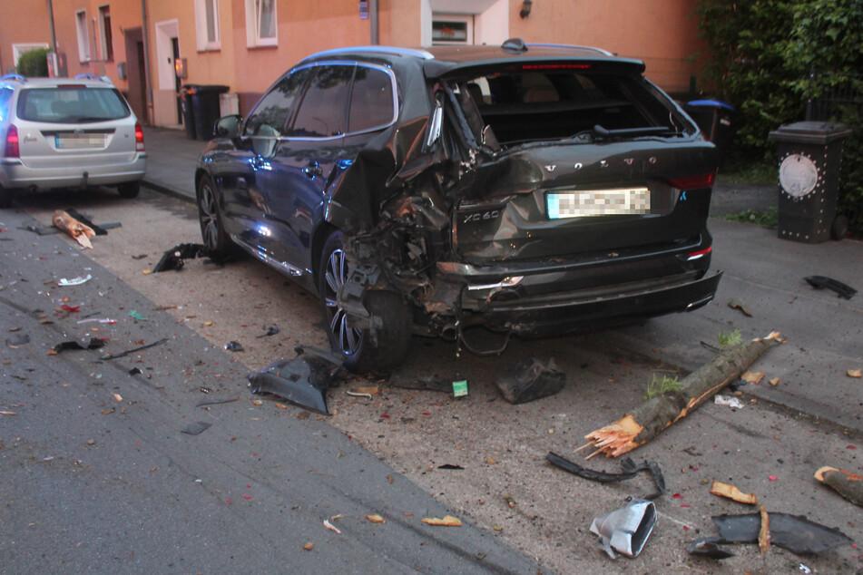 Ein hinter dem Baum geparkter Volvo wurde durch den Alleinunfall beschädigt.