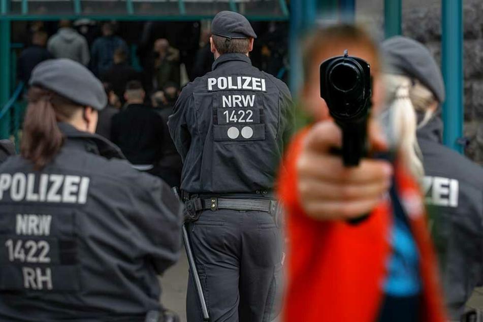 Polizei-Einsatz: Mann mit Waffe in Auto vor Schule beobachtet