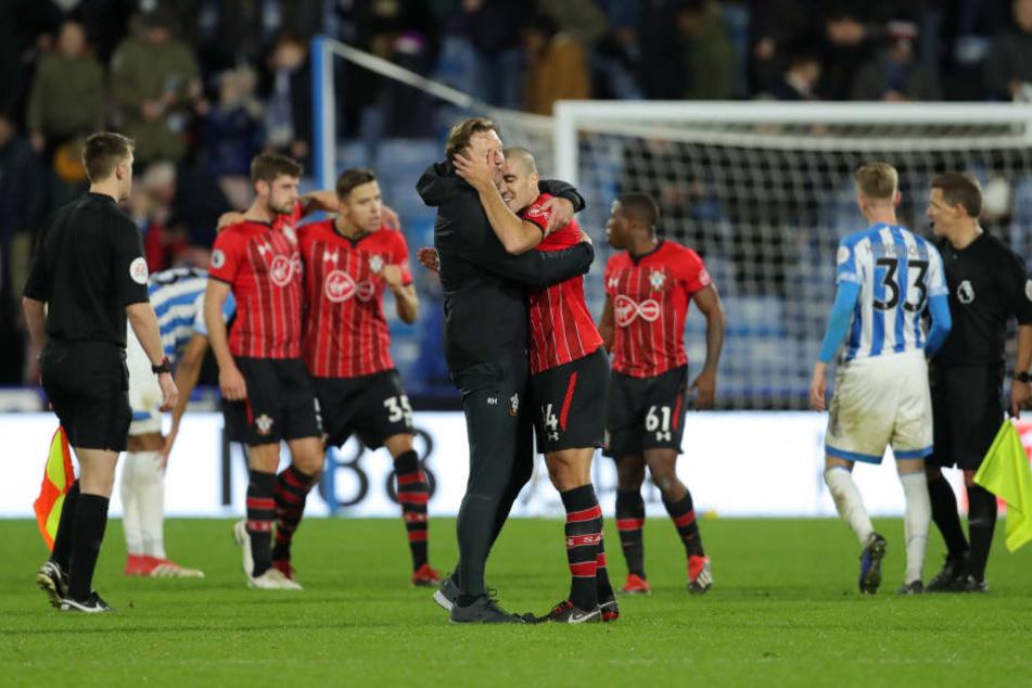Nach dem Schlusspfiff in Huddersfield lagen sich Trainer Ralph Hasenhüttl und sein Spieler Oriol Romeu in den Armen.