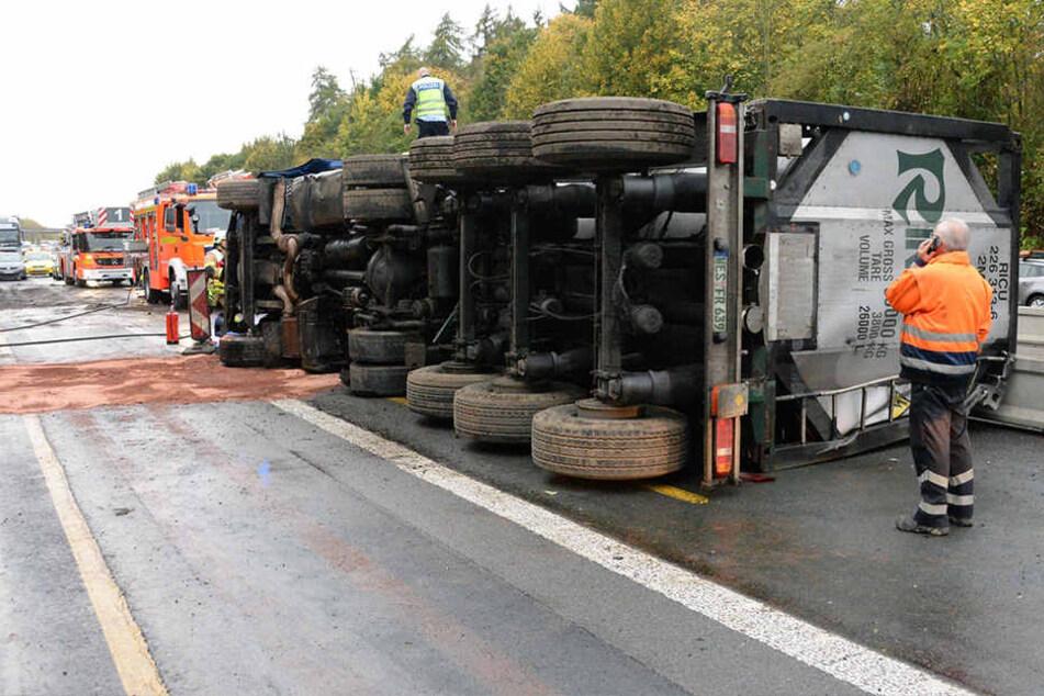 Der Fahrer und der Beifahrer des Lkws wurden schwer verletzt.