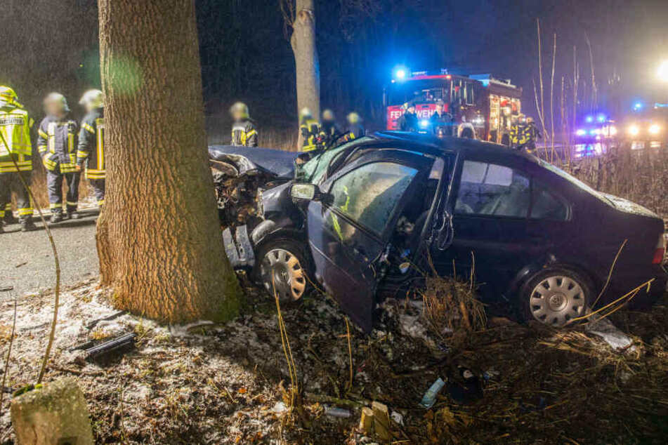 Glatteis-Unfall im Erzgebirge: VW kracht frontal gegen Baum