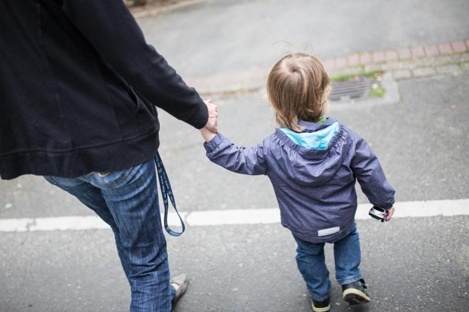 Die Frau war geschieden und kümmerte sich allein um ihre Söhne. Weil sie Angst hatte, im Alter allein zu sein, schloss sie Verträge mit ihnen. (Symbolbild)