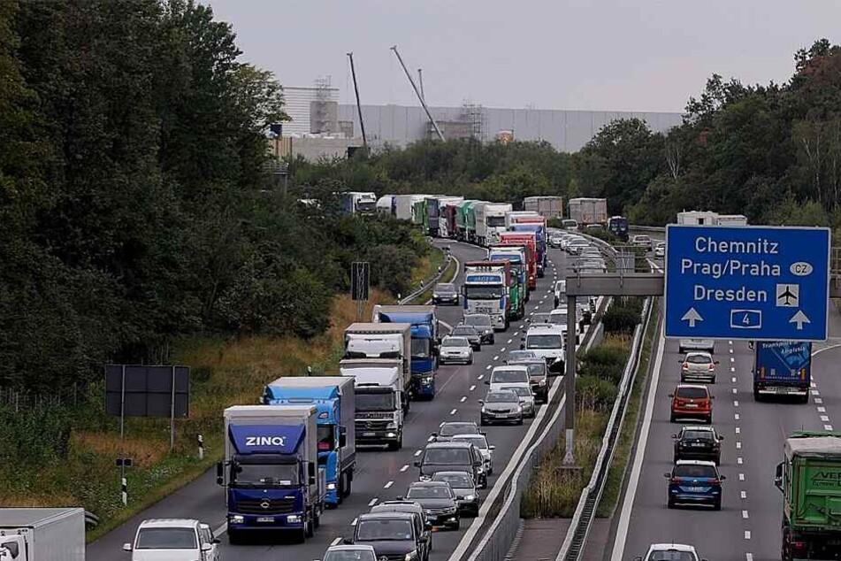 Unfall auf A4: VW und Mercedes krachen ineinander und sorgen für Stau