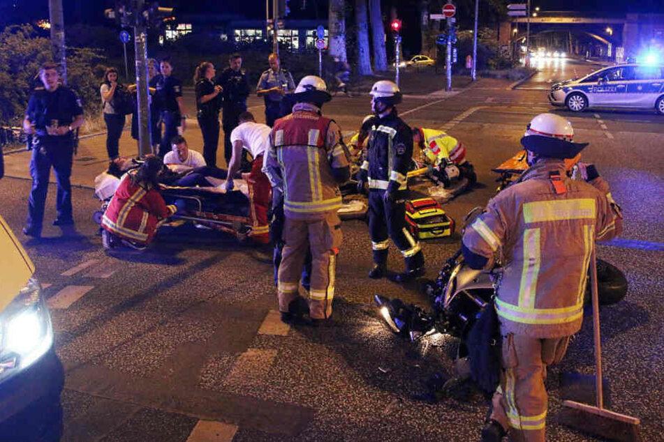 Rettungskräfte kümmern sich um die Schwerverletzten.