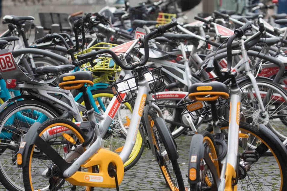 Der Anbieter Obike meldete kürzlich Insolvenz an. Deshalb muss die Stadt Frankfurt eventuell rund 1200 Fahrrädern selbst einsammeln.