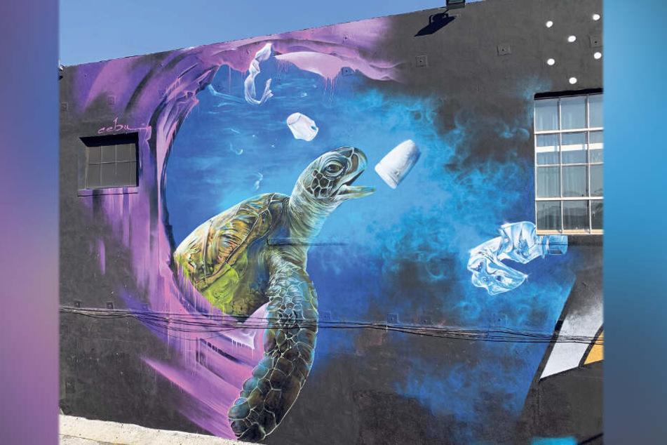 Meeresverschmutzung an der Hauswand - ein Werk von Nico Roth am Pico Boulevard in Los Angeles.
