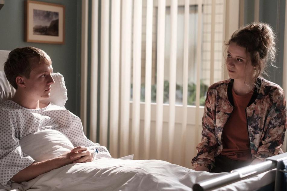 Taxifahrerin Nora Kramer glaubt, dass Jans Zimmerkumpane ihr Vater ist.