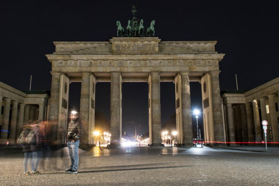 """Das unbeleuchtete Brandenburger Tor zu Beginn der Aktion """"Earth Hour"""" (Archivbild)."""