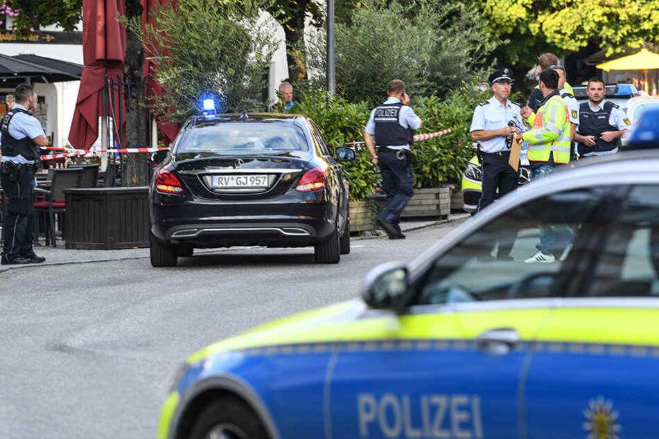 Polizisten stehen am Freitag am abgesperrten Tatort auf dem Marienplatz in Ravensburg.