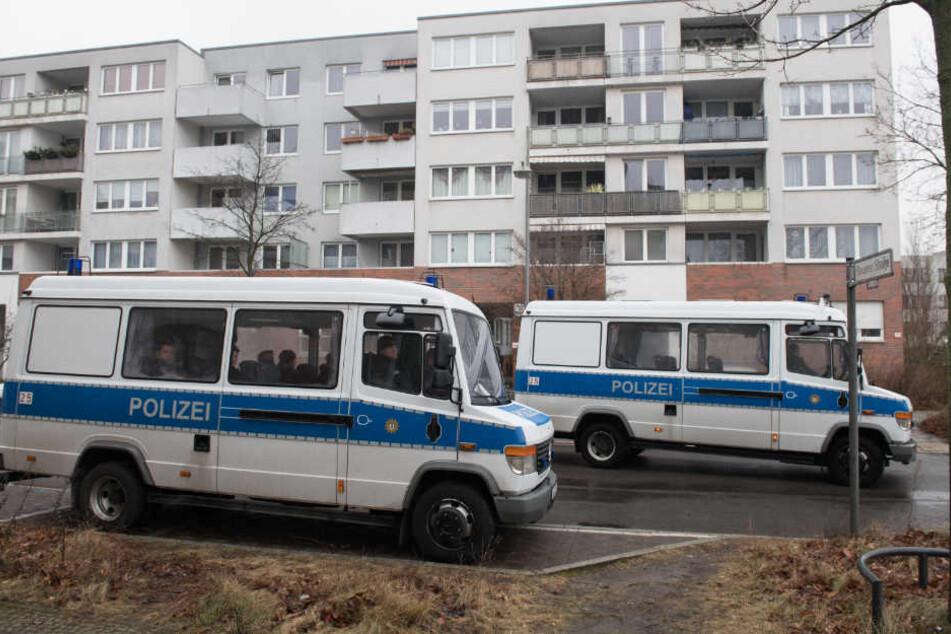 Polizeifahrzeuge stehen vor einem Gebäudekomplex in der die 14-jährige Keira mit mehreren Messerstichen getötet wurde.