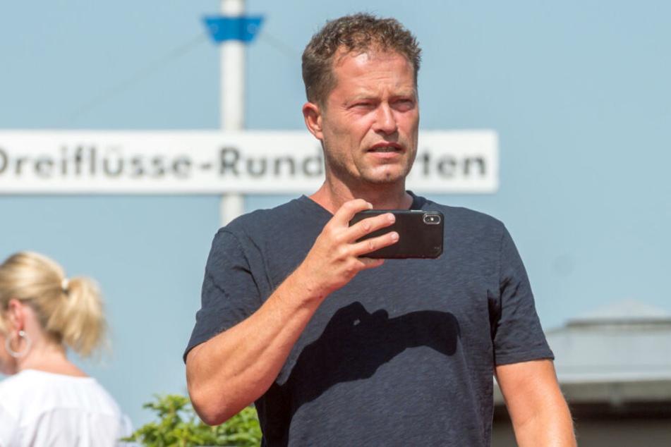 Til Schweiger (55) hält mit seinem Handy fest, was er sieht.