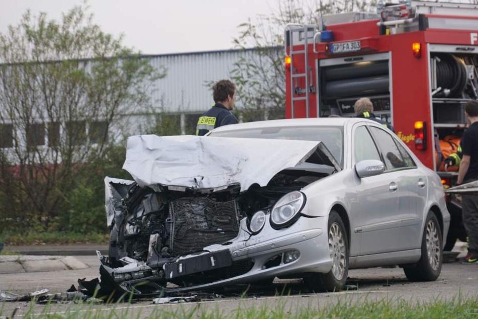 Der Mercedes nach dem heftigen Zusammenstoß.