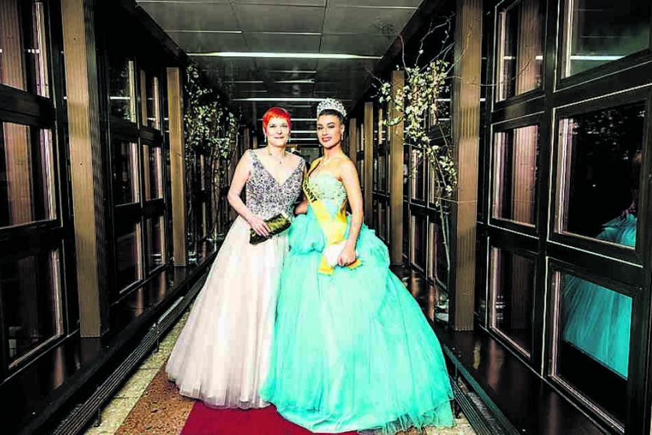 Morgenpost-Reporterin Katrin Koch (l.) und Mona Schafnitzl im Miss-Kleid mit Schärpe und Krone.